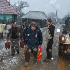 Ducand apa si alimente la Umanitara Batrana 2011