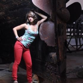 Fata cu pantaloni roshii